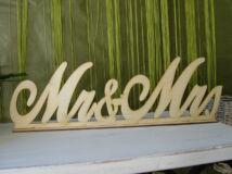 Natúr fa Mr & Mrs tábla talppal írott 49cm