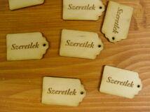 """Natúr fa - """"Szeretlek"""" gravírozott scrapbook táblák 3x4,5cm 10db/csomag"""