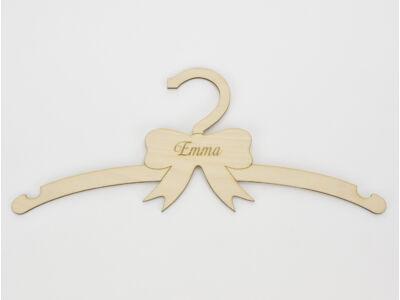 Natúr fa - Gyerek vállfa egyedi név gravírozással 13x30cm